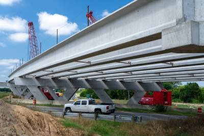 Setting bridge beams at the SH 71 interchange